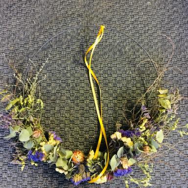 Couronne de fleurs séchées.